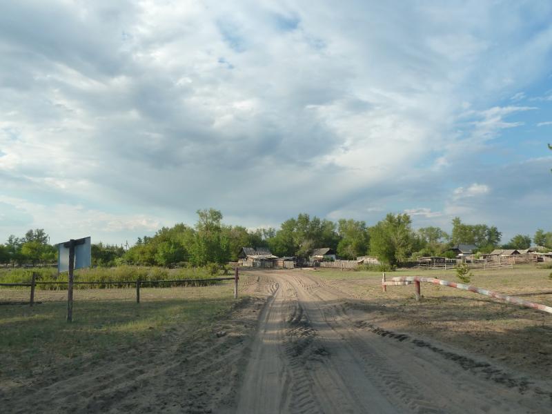 20120515. Шалдайскими борами: въезд в село Садыгащы.