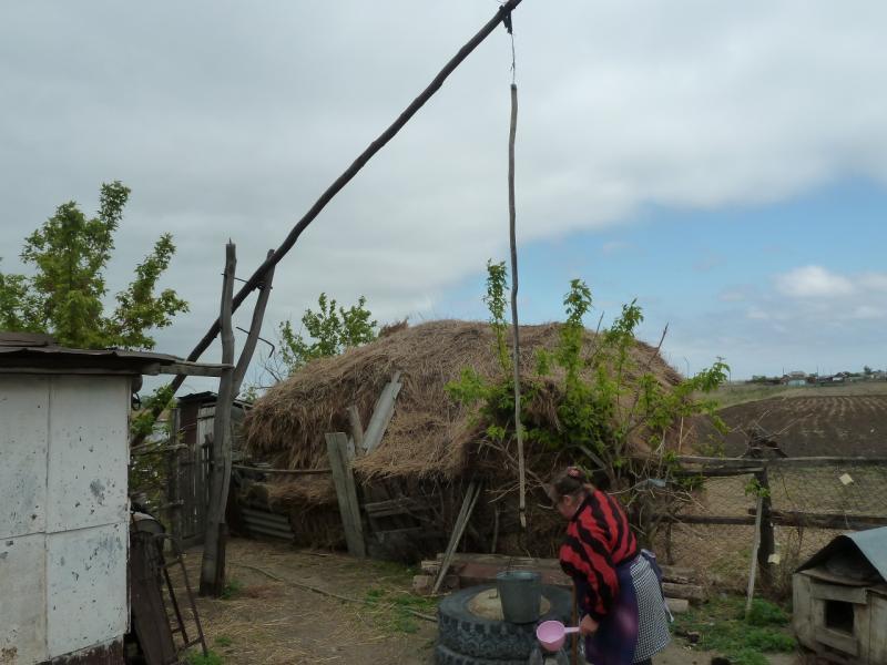 20120521. Пограничными местами: колодец журавельного типа во дворе дома села Петропавловка.