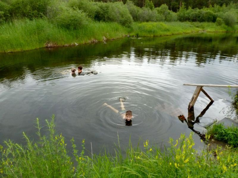 20180625. Тёплый пруд на острове Умхей, со дна которого бьют умеренно горячие ключи минерализированной воды.