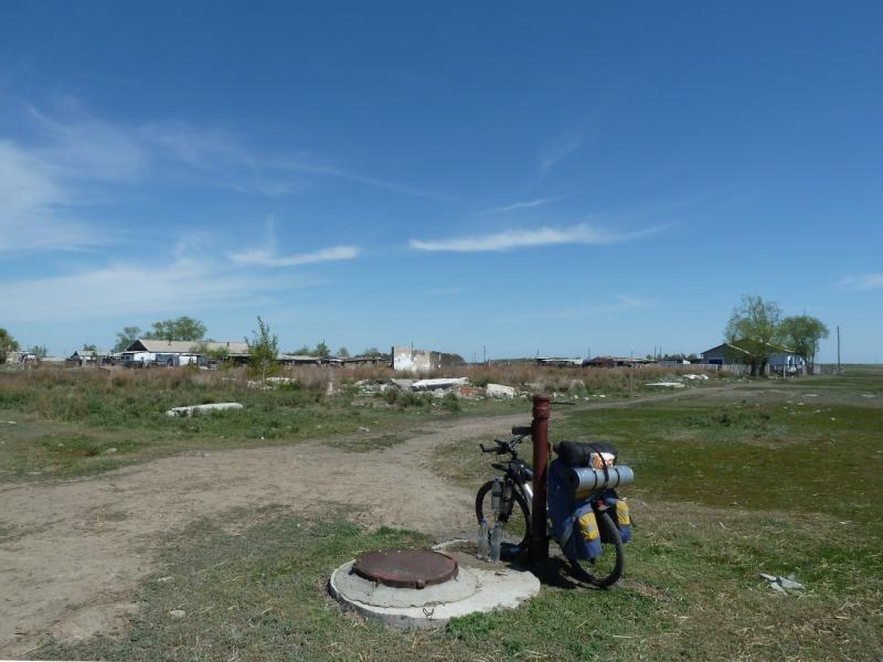 20120522. Сухопутным полуостровом: на колонке центрального водоснабжения в селе Озёрное.