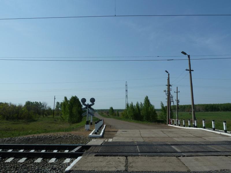 20120524. На запад, к Иртышу: переезд через железнодорожное полотно РЖД неподалеку от станции Урлютюб.
