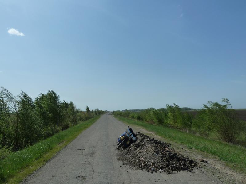 20120524. На запад, к Иртышу: кучи щебня и шлака на дороге Раздельное-Степное.
