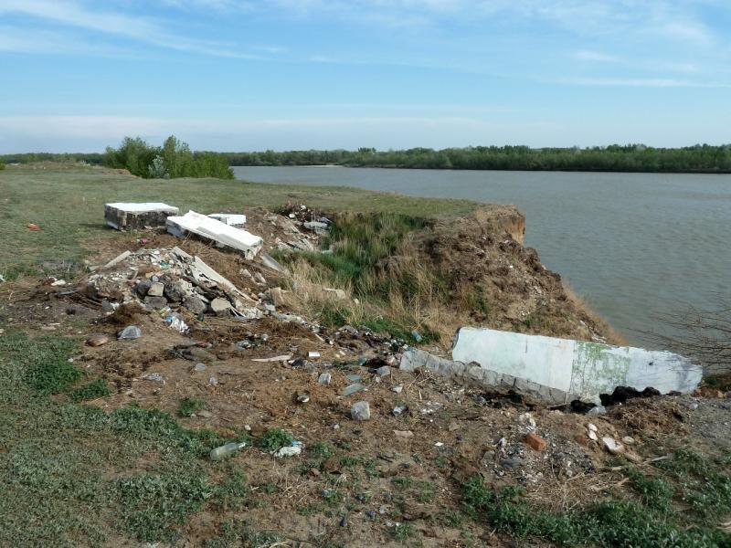 20120524. На юг, вдоль Иртыша: свалка у обрыва берега реки в селе Башмачное.