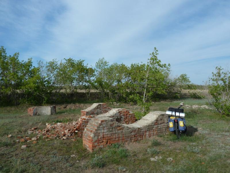 20120524. На юг, вдоль Иртыша: развалины кирпичного завода у берега реки в селе Башмачное.