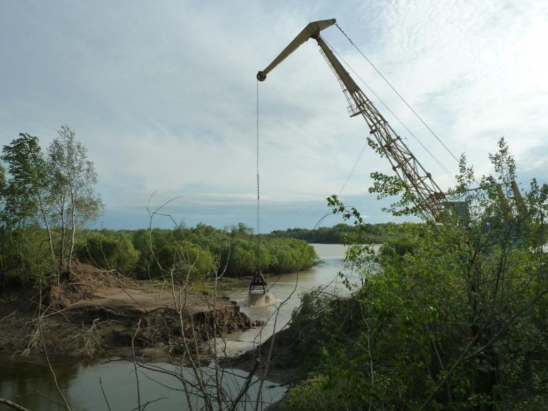 """20120524. На юг, вдоль Иртыша: """"драга"""" прочищает канал к насосной системы орошения полей, неподалеку от села Башмачное."""
