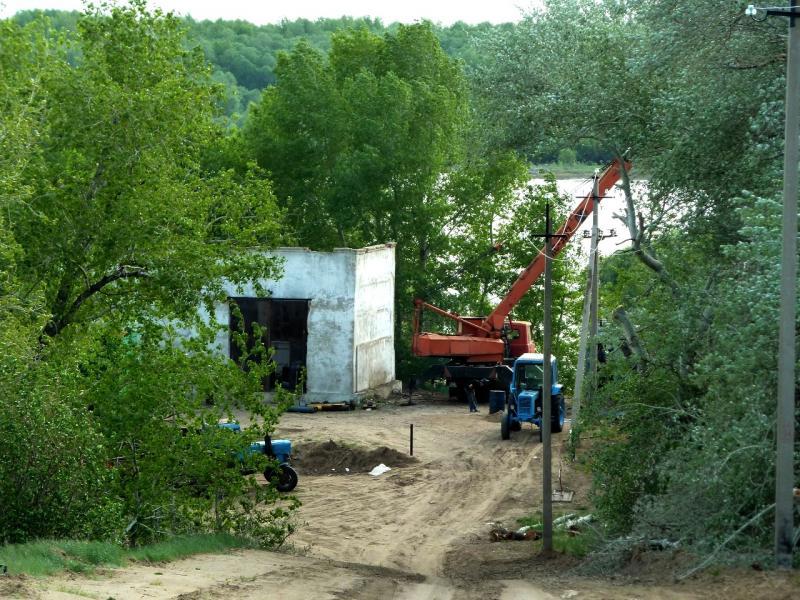 20120524. На юг, вдоль Иртыша: строительство новой насосной системы орошения полей, неподалеку от села Башмачное.