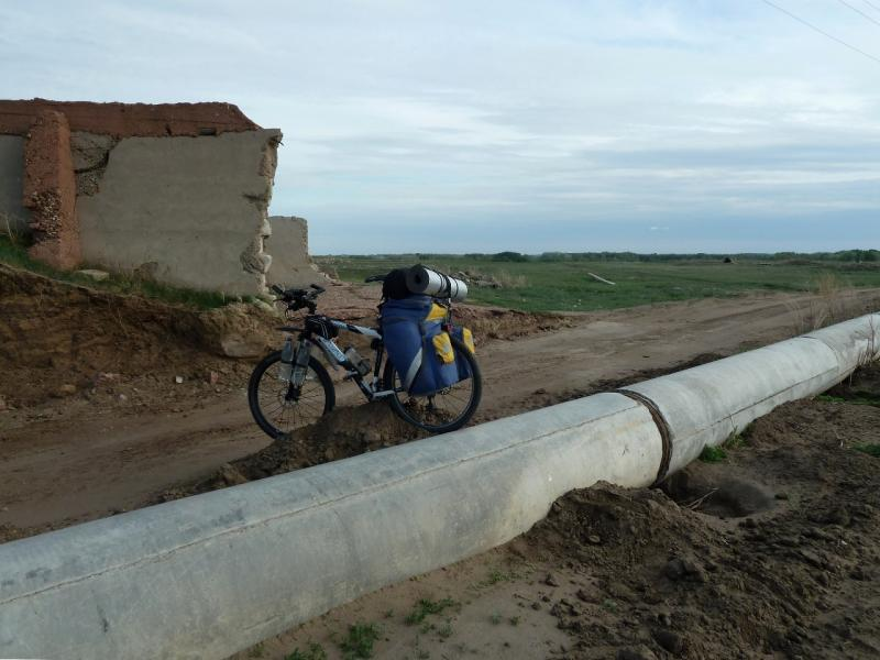 20120524. На юг, вдоль Иртыша: переправа через трубы новой системы орошения полей, неподалеку от села Башмачное.