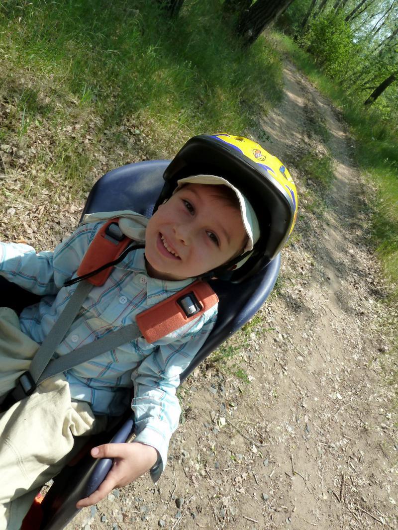 20120603. Сынок Артёмка в вело-кресле.