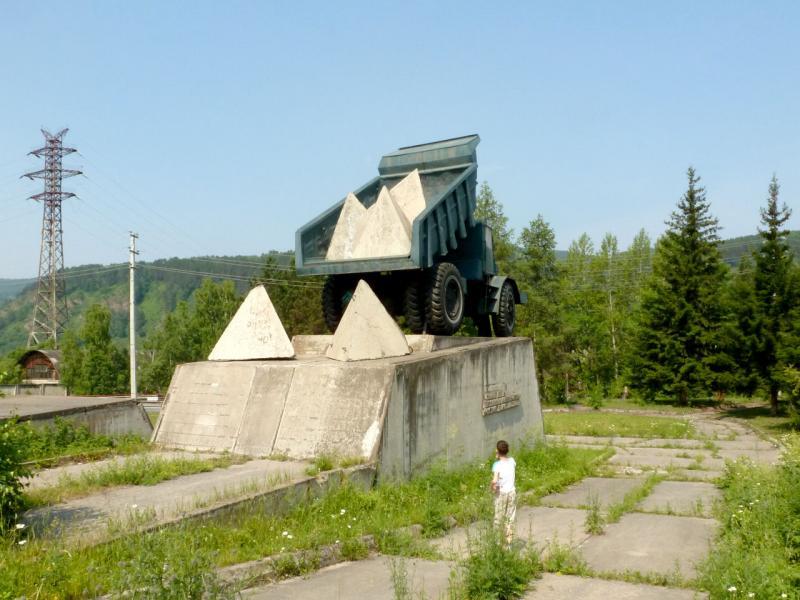 20180628. Самосвал МАЗ-525 с бетонными тетраэдрами в композиции, на постаменте в честь перекрытия Енисея.