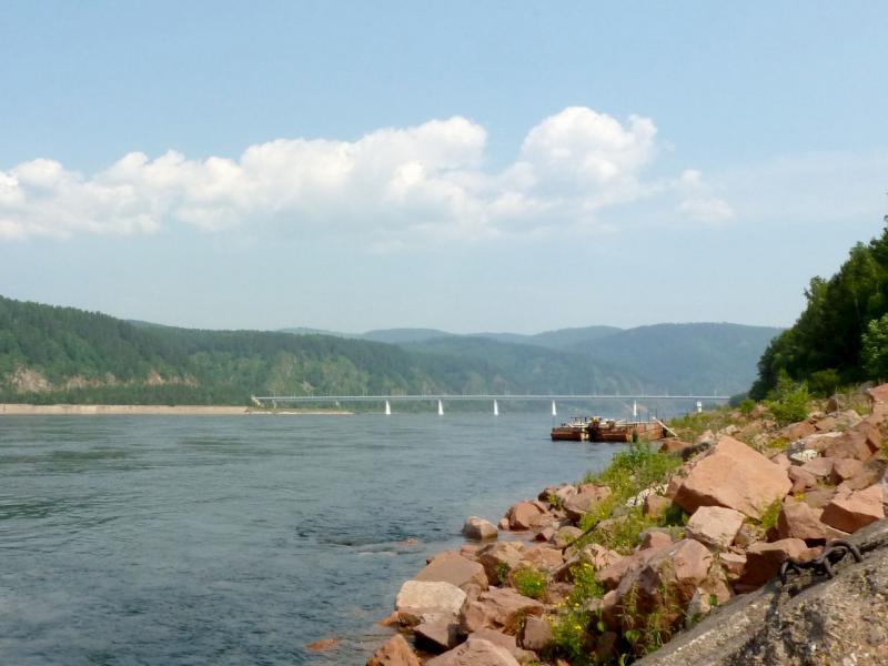 20180628. Вид на Автодорожный мост, пересекающий реку Енисей чуть ниже плотины Красноярской ГЭС.
