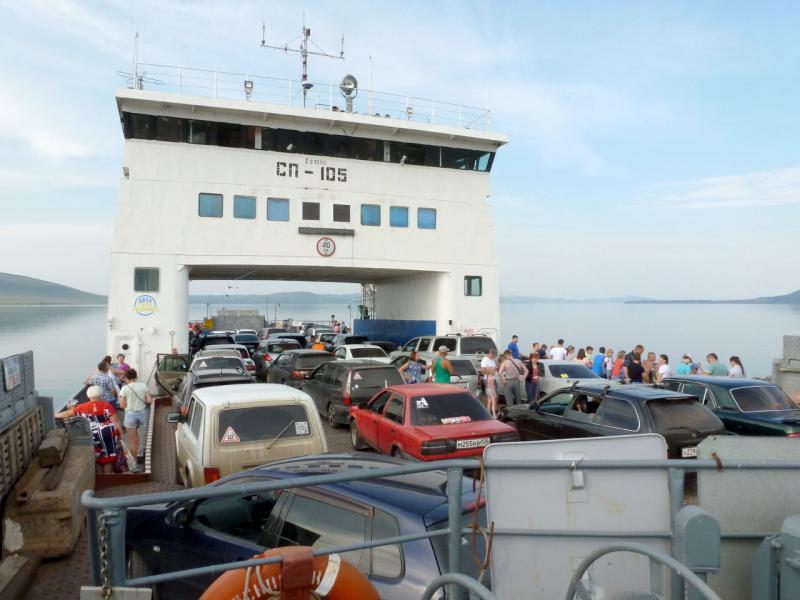 20180628. Набитый автомобилями паром отходит от пристани в Новосёлово.
