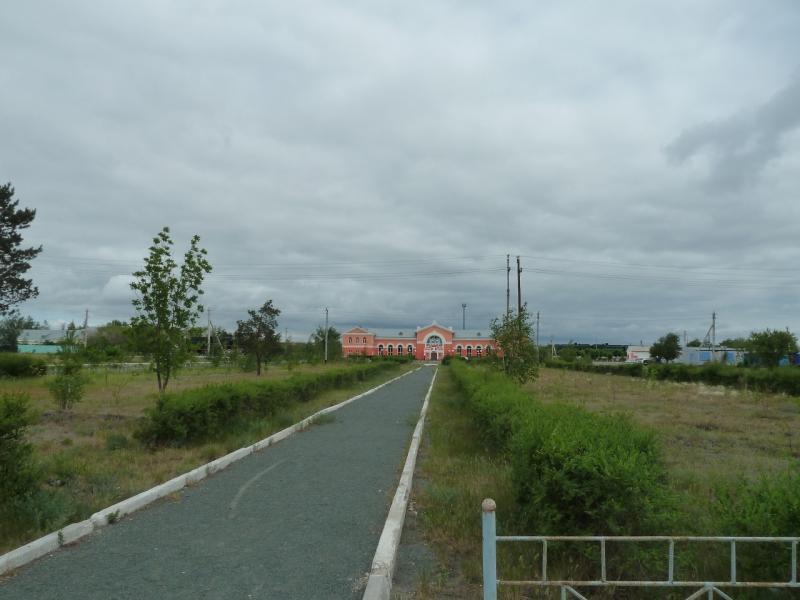 20120615. Кулунда. Площадь-газон перед железнодорожным вокзалом.