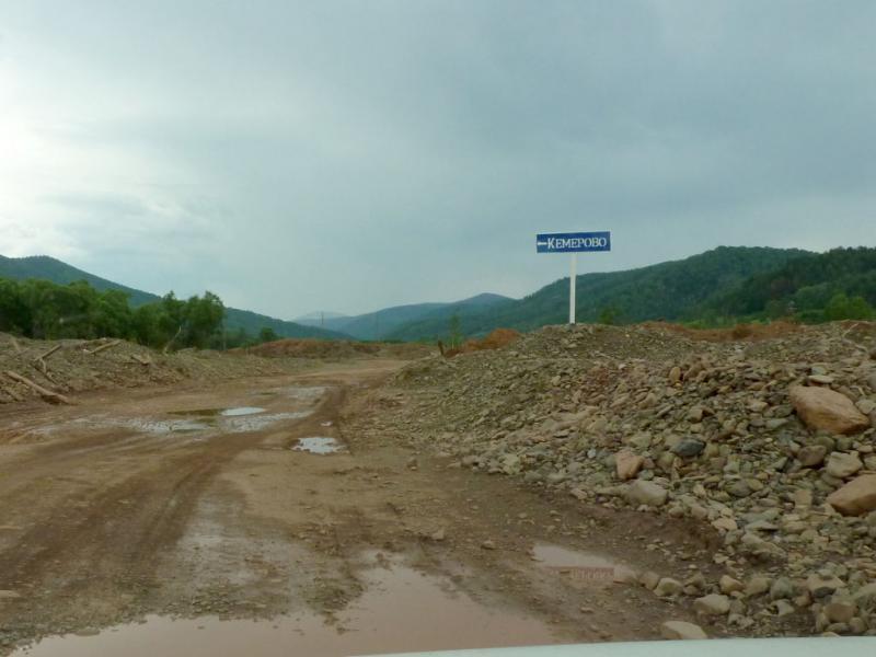 20180629. В изрытом золотоискателями ущелье реки Балыксу - нам налево.
