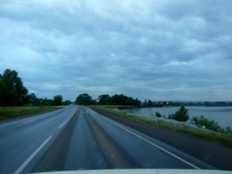 20180630. На шоссе 32K-2 вдоль реки Томь, подъезжаем к Новокузнецку.
