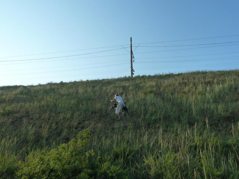 20120715. Павлодар-Аксу: подъём на насыпь железнодорожного полотна.