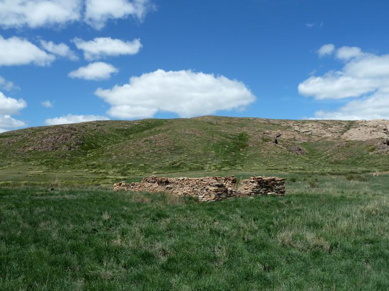 20130504. Развалины в урочище у подножья горы Аксоран.
