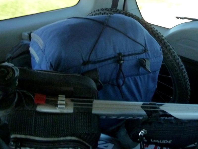 20130506. Велосипед и снаряжение в багажнике джипа.