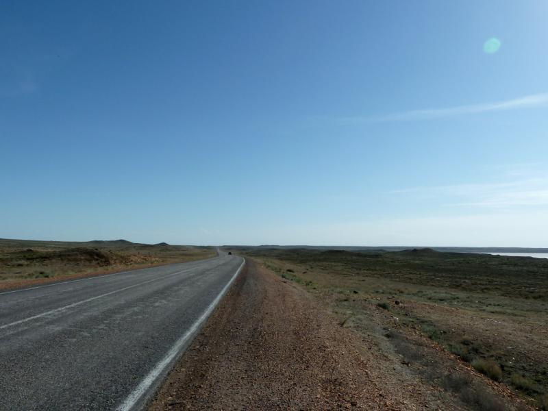 20130508. Автомобильная трасса М-36, на участке вдоль западного берега озера Балхаш, неподалеку от Сарышагана.