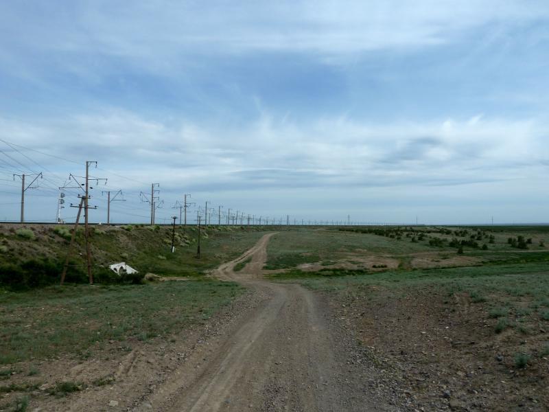 20130510. Служебная грунтовая дорога вдоль железнодорожного полотна у посёлка Хантау.