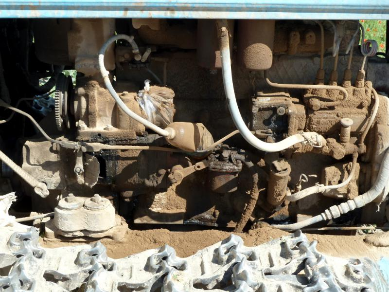 20130512. Двигатель старого, но надёжного трактора на бахче.