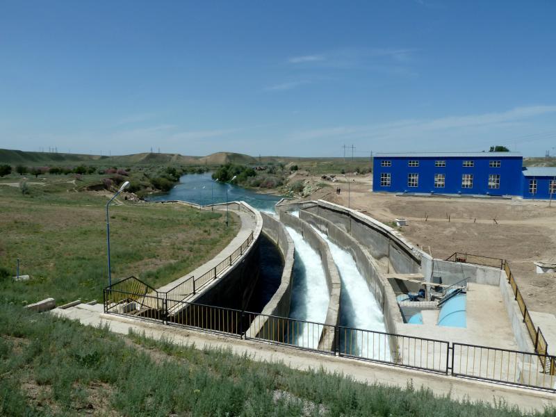 20130512. Вид с верхнего среза на водосброс плотины Тасуткольского водохранилища.
