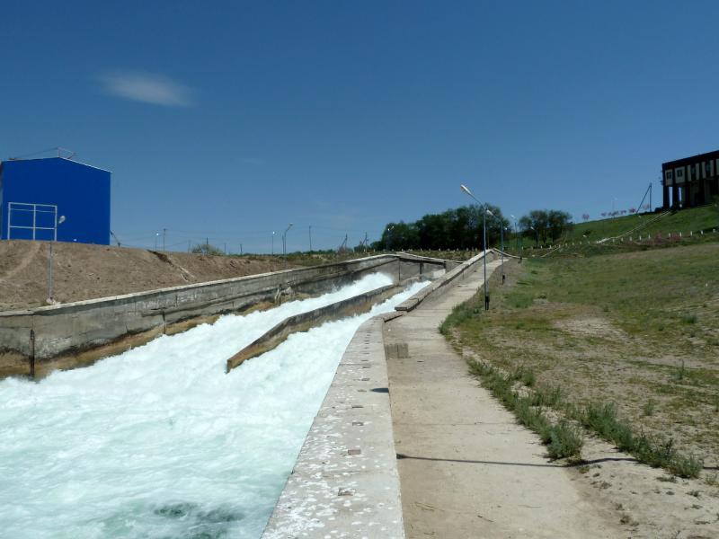 20130512. Вид с нижнего среза на водосброс плотины.