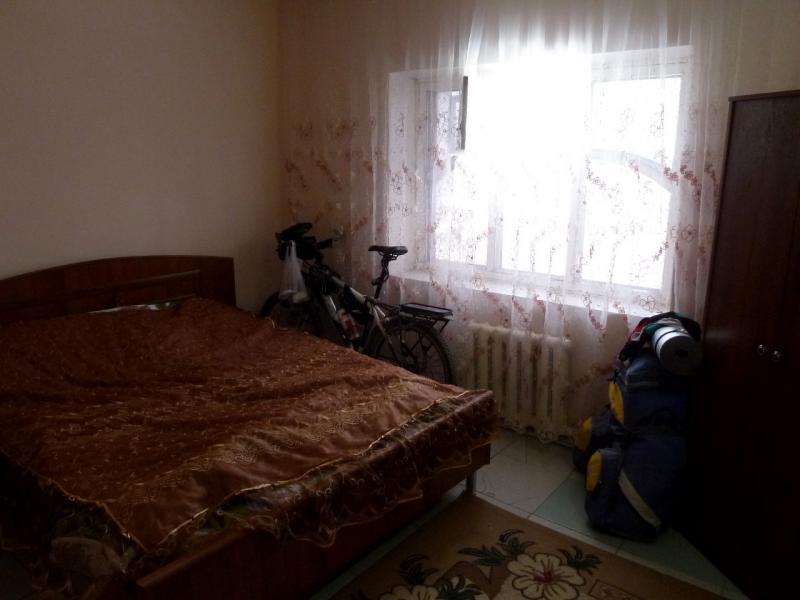 """20130513. В номере гостиницы при """"Халал-кафе"""" в Кордае."""