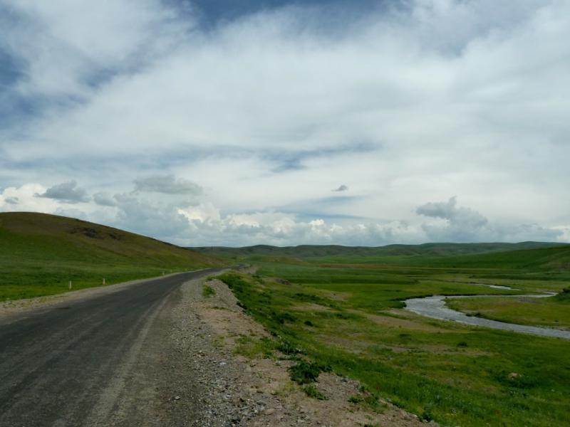 20130513. Асфальтовая дорога в ущелье речки Ргайты.