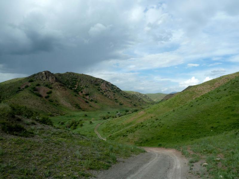 20130513. Спуск в долину речки Карасулы, в Заилийском Алатау.