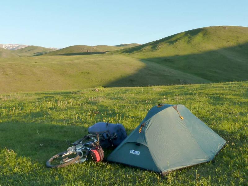 """Палатка """"Bask Clif"""" на одном из хребтов у границы с Китаем (2013)."""