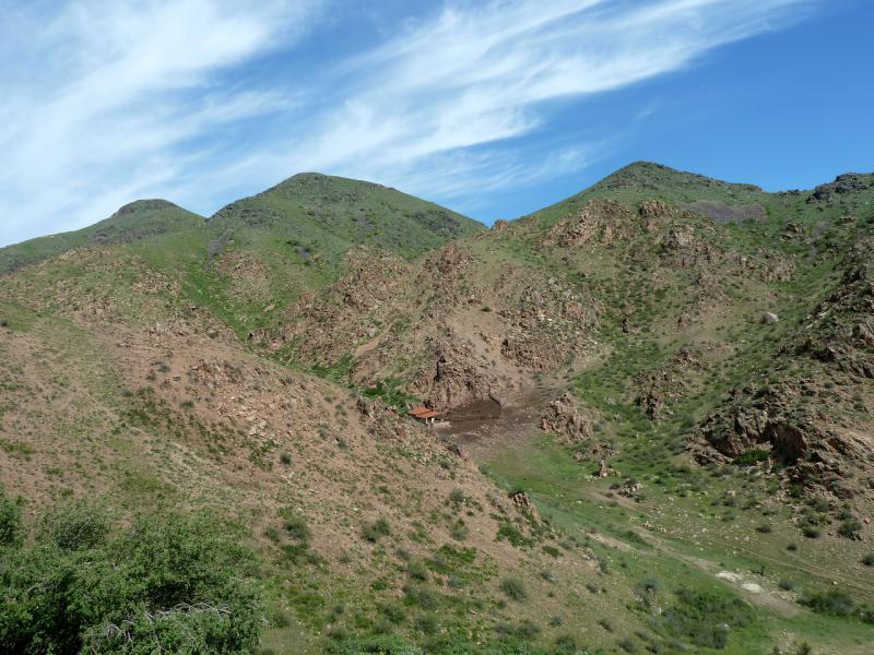 20130516. Вид сверху на мини-ферму в ущелье.
