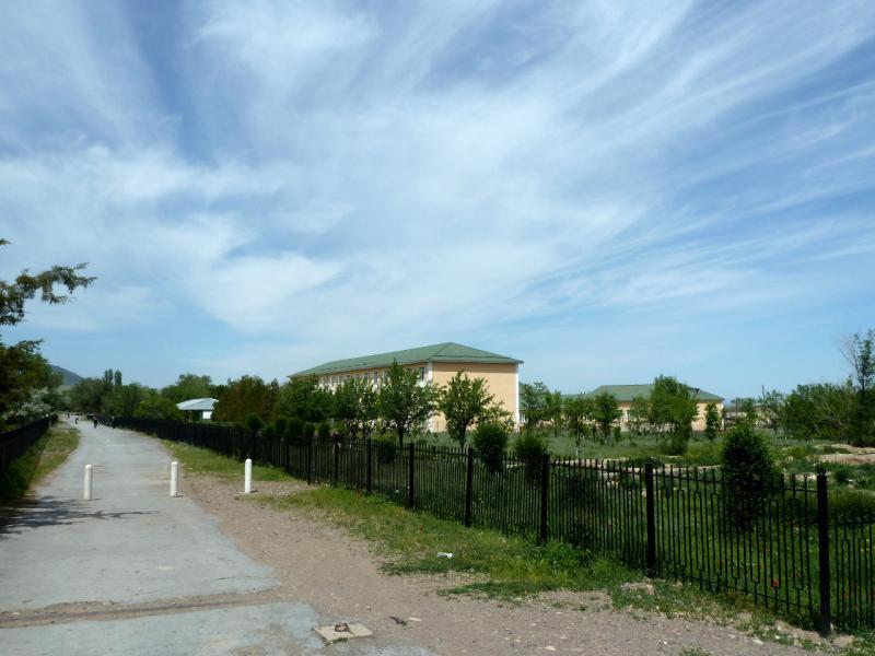 20130516. Вид на школьный парк и здание школы в селе Актерек.