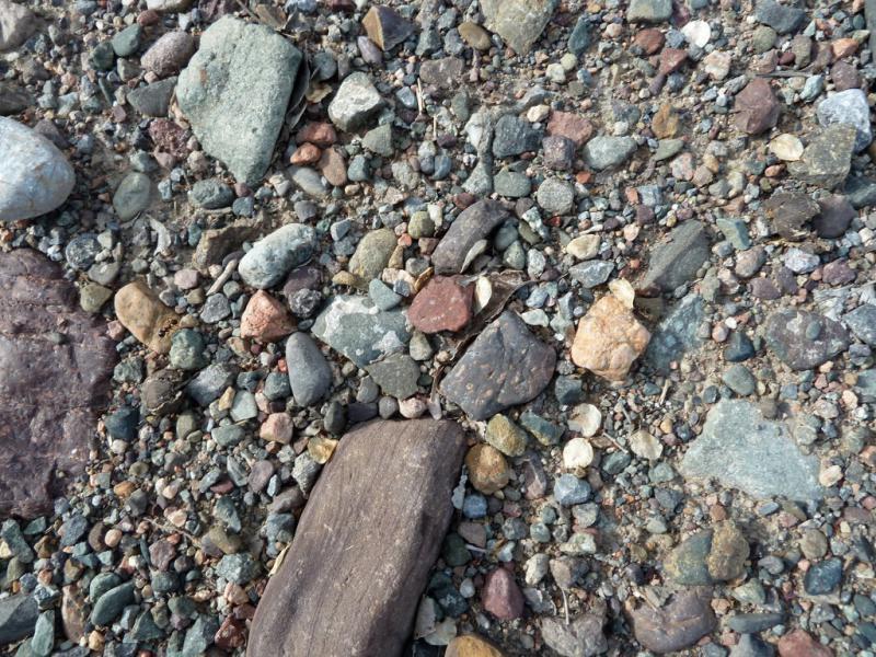 20130516. Каменистое покрытие служебной дороги при трассе A-2.