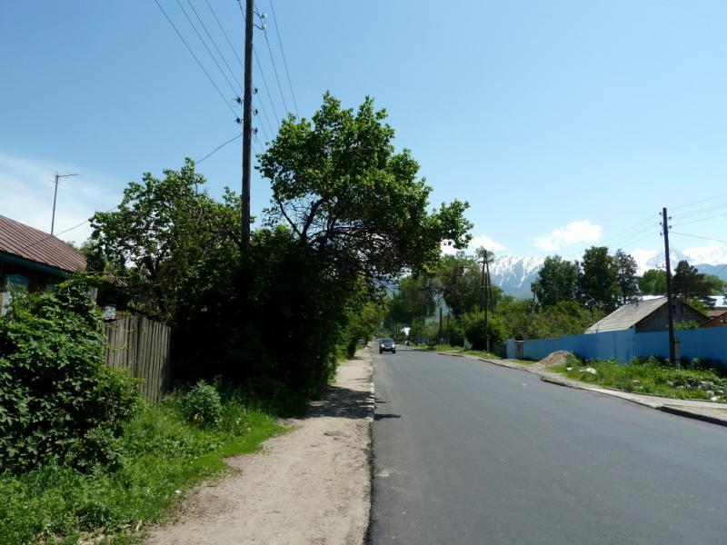 20130518. Асфальтовая дорога через село Есик вверх, в горы.