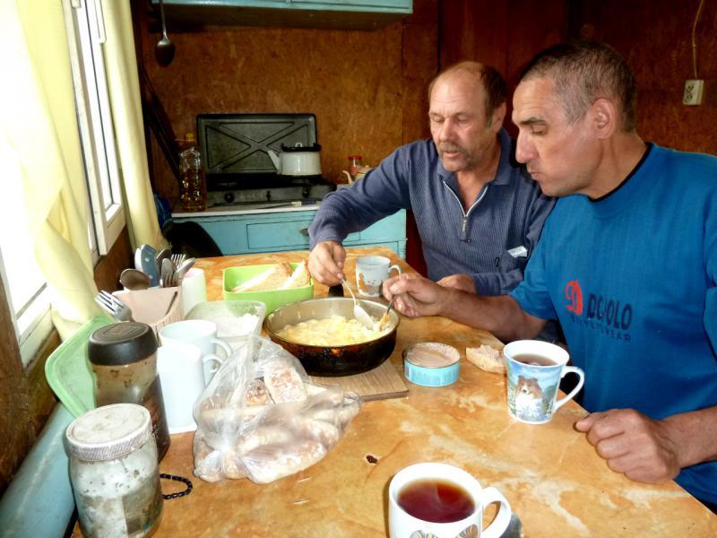 20130520. Завтрак в вагончике на буровой.