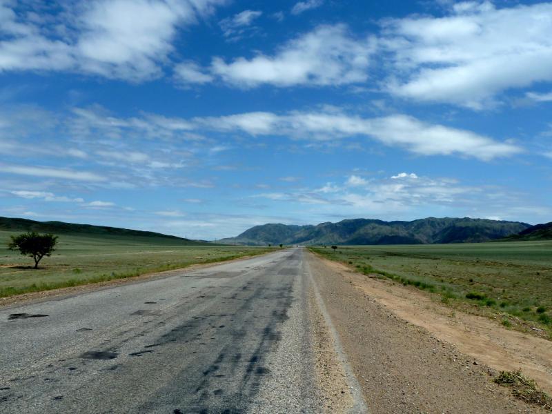 "20130520. Дорога A-351 ""Кульджинский тракт"" перед горами Согетай."