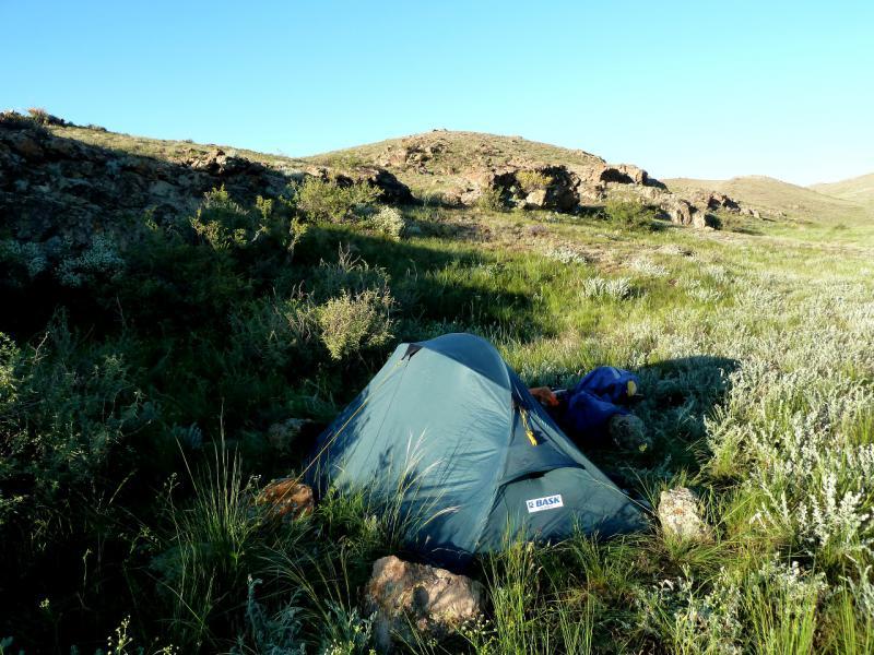 20130522. Укреплённая штормовыми растяжками и камнями палатка в горах Торайгыр.