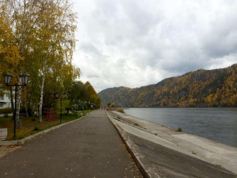 20191005. Дивногорск. Набережная вдоль реки Енисей, вид с запада, вверх по течению.