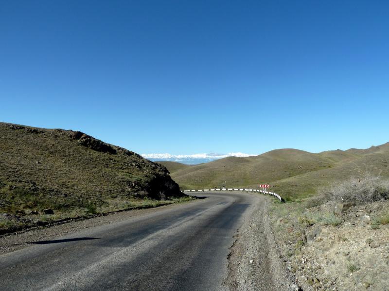 """20130522. Асфальтовая дорога A-351 """"Кульджинский тракт"""" на юг через горы Торайгыр."""