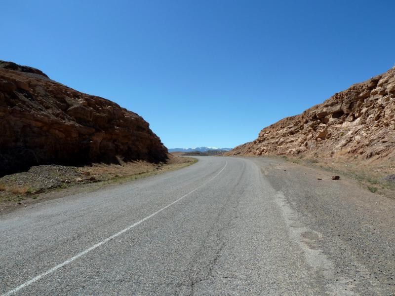"""20130522. Асфальтовая дорога A-351 """"Кульджинский тракт"""", на подъёме из каньона реки Чарын."""