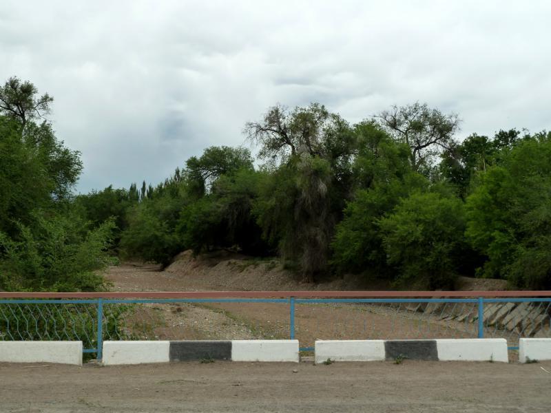 20130524. Вид на пересохшее русло реки Борохудзир в посёлке Коктал.