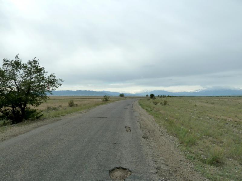 20130524. Дорога на северо-запад, по направлению к горам Суат-тау.