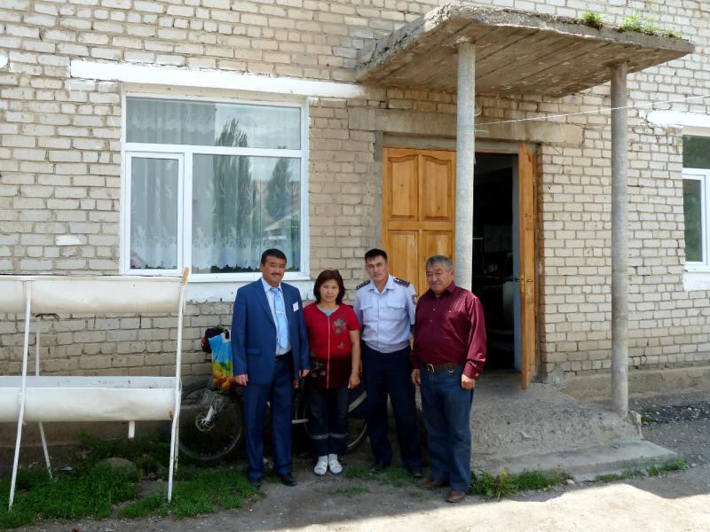 20130525. Полицейские и сотрудники школы села Енбекши.