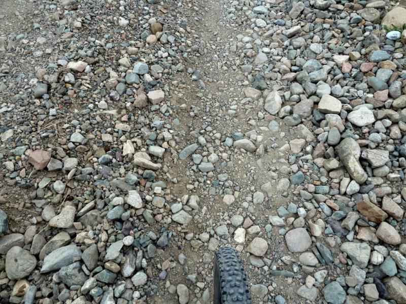 20130525. Типичное покрытие горных дорог в долинах, мелкая и крупная галька.