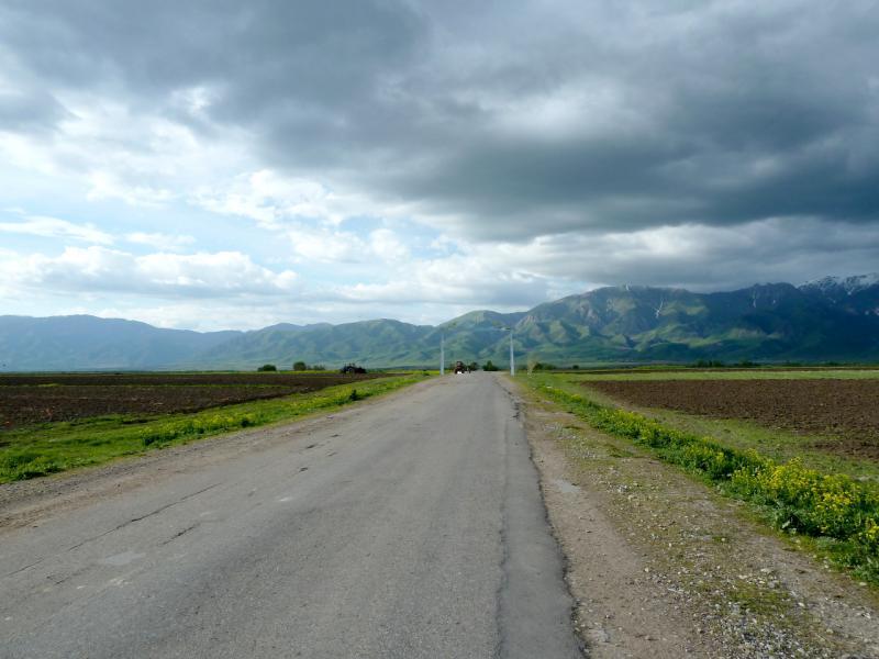 20130527. Асфальтовая дорога P-125 между сёлами Шубар и Коксу.