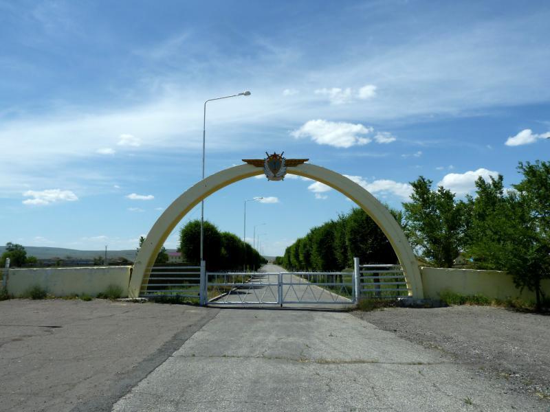 20130529. Въезд на армейский аэропорт.