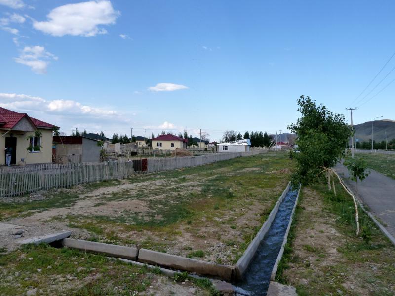 20130529. Свеже-отстроенное село Кызылагаш.