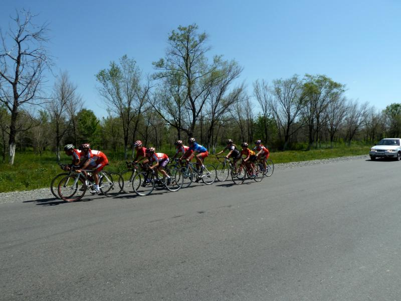 20130530. Группа тренирующихся саркандских велосипедистов.