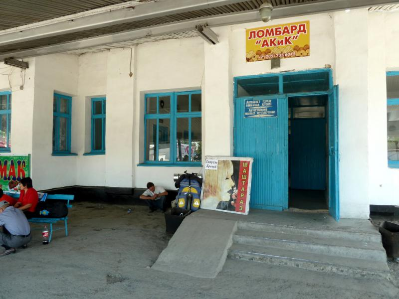 20130530. На входе в здание автовокзала Сарканда.