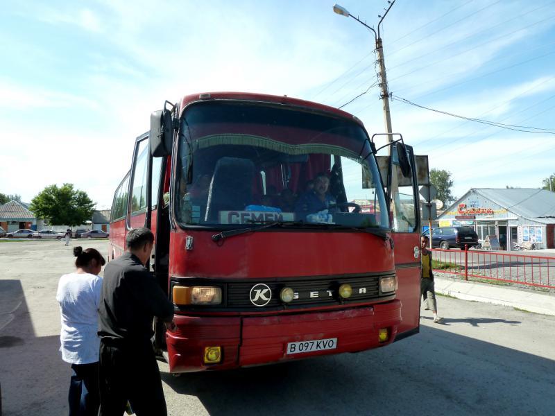 """20130530. Автобус """"Талдыкорган - Семипалатинск"""" на автовокзале Сарканда."""